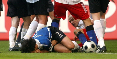 HSV's Jarolim handed ban for 'genital squeeze' foul