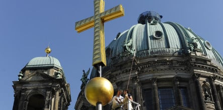 Berlin Cathedral gets new golden cross