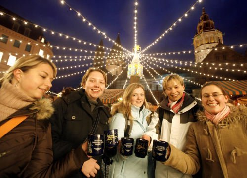 Glühwein:<br>Hot mulled wine, a popular Christmas market drink that keeps guests warm.Photo: DPA