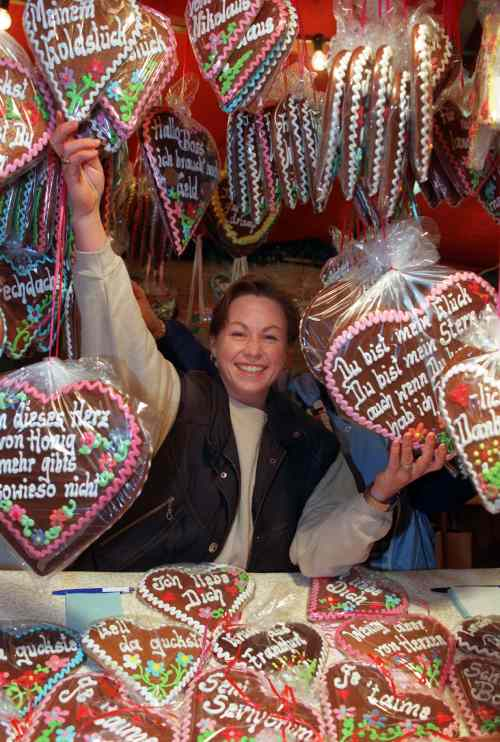 Lebkuchen:<br>A Christmas cookie spiced with coriander and frosted with sweet phrases.Photo: DPA