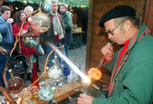 Glasbläser:<br>A glassblower. These craftsman often have kiosks where they take special requests for ornaments made on site. Photo: DPA