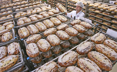 Stollen:<br>The heavy yeast-cake with a thick sugar dusting is a classic Christmas favourite.Photo: DPA