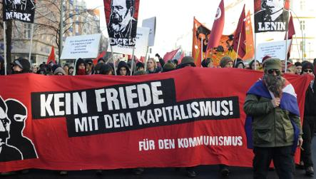 Thousands pay tribute to fallen communist figures