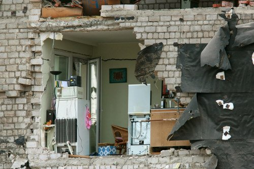 The collapse tore the sides off of neighbouring buildings.Photo: DPA