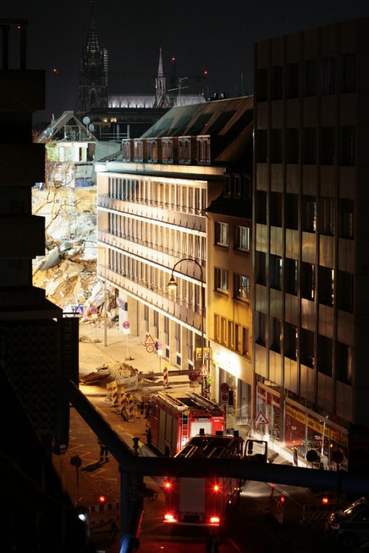 Rescue workers illuminated the area throughout the night.Photo: DPA