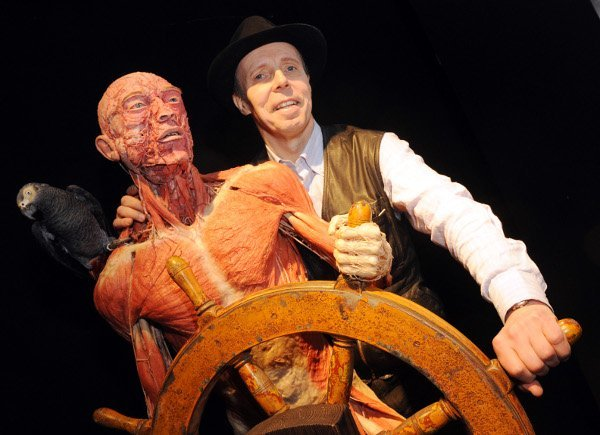 Here von Hagens with a sea captain corpse from the exhibition. Photo: DPA