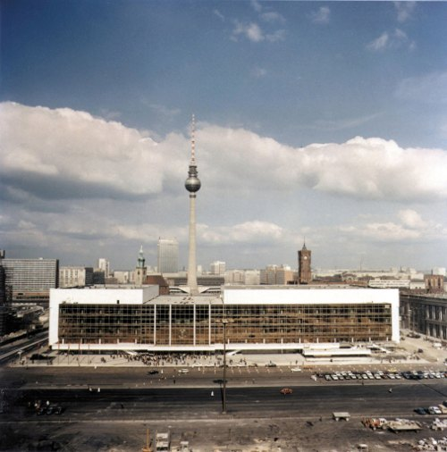 The <i>Palast der Republik</i> (Palace of the Republic) housed the East German parliament as well as two large auditoriums, a theatre, restaurants and a bowling alley on Berlin's Museum Island. The building was torn down in 2006 to make way for the Berlin Palace reconstruction on its original site. Photo: DPA