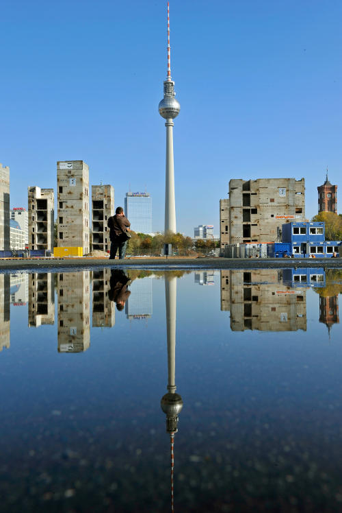 The <i> Fernsehturm</i> in East Berlin was built between 1965 and 1969 in Alexanderplatz. It towers 368 metres over the city. Photo: DPA