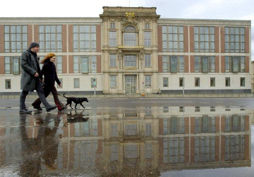 A young couple walks by the <i>Staatsratsgebäude</i> or State Council building of the GDR in Berlin near Museum Island. The building has been taken over by the European School of Management and Technology. Photo: DPA