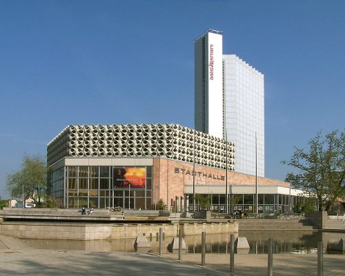 The <i>Stadthalle</i> or city hall in Chemnitz, Saxony, was built from 1969 to 1974 by Rudolf Weißer.Photo: Reinhard aus Sachsen via Wikimedia Commons