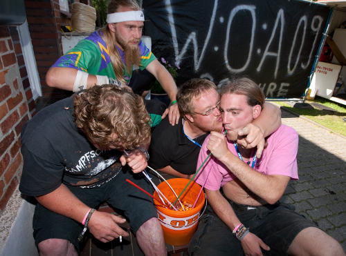 """Heavy metal fans find a solution to the """"no drink sharing"""" policy put in place against swine flu: massive straws.Photo: DPA"""