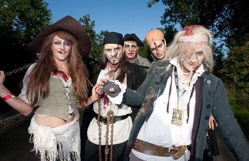 Artists dress up as zombie pirates for their performance.Photo: DPA