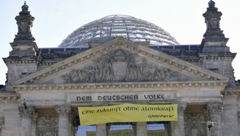 Demonstrators scale Reichstag façade for anti-nuke protest