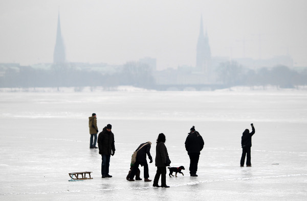 Despite a thin ice warning from the police, Hamburgers venture out on the Outer Alster Lake on January 24, 2010.Photo: DPA