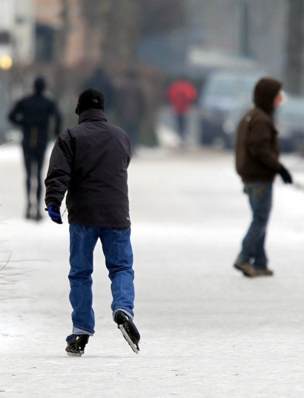 Man skates on the ice-covered lake path around the Outer Alster Lake on January 24, 2010.Photo: DPA