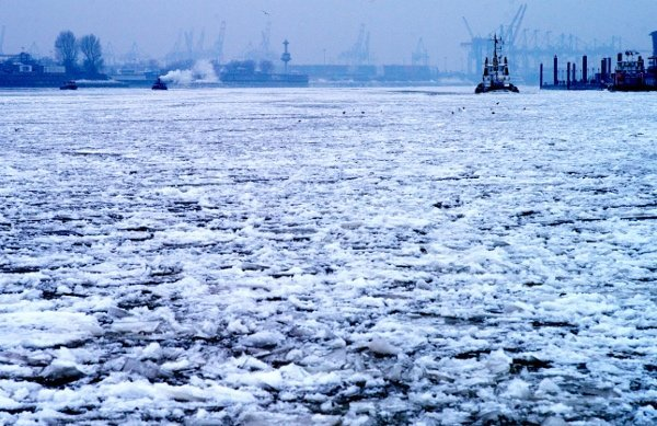 A harbour full of ice en route to the River Elbe in Hamburg, January 24,2010.Photo: DPA