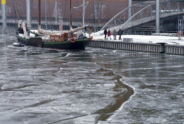 Ice surrounds a boat in Hamburg Harbour on January 24, 2010.Photo: DPA