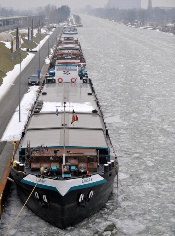 Three barges locked in ice in the Mittelland Canal across the Autostadt in Wolfsburg, January 24, 2010. Due to heavy ice drifts, the canal was closed between Wolsburg and Magdeburg.Photo: DPA