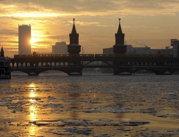 Ice drifts along the Spree River reflecting the sinking sun at Oberbaumbrücke in Berlin, on Wednesday, January 27, 2010.Photo: DPA