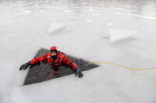 A fire department in Rickling, Schleswig-Holstein practices ice rescue on Wednesday, January 27, 2010.Photo: DPA