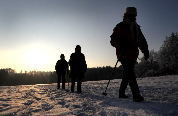 Hikers out and about on January 26, 2010 in Habichtswald near Kassel.Photo: DPA