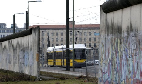 Berlin wall restoration handed over to experts