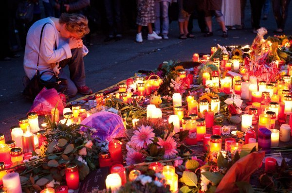 Mourners came to pay tribute at the site of the deaths on Sunday evening. Photo: DPA