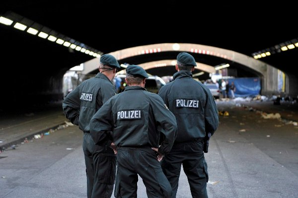 Officers at the entrance of the tunnel.Photo: DPA