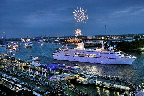 For the last Cruise Days in 2008, Batz pulled blue-flaming bands through the harbour.Photo: DPA