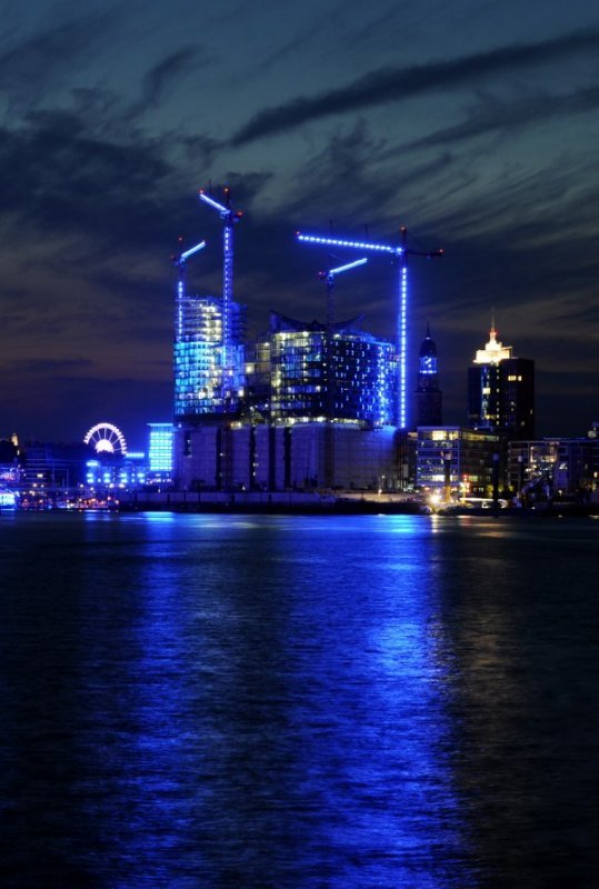 Some 3,500 fluorescent lights have been shining in Hamburg's harbour at night since Monday.Photo: DPA