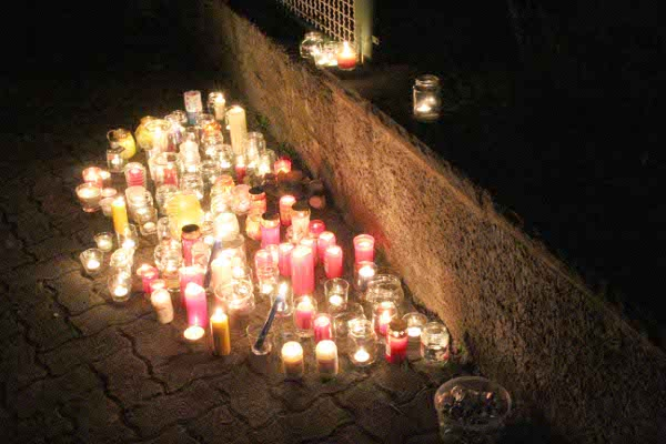 About 70 people, including classmates of the teenagers, gathered on Sunday night for a remembrance service near the place where the bodies were found.Photo: DPA