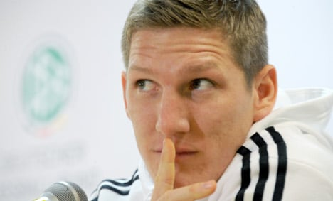 Pinola gives Schweinsteiger apology for spitting at him