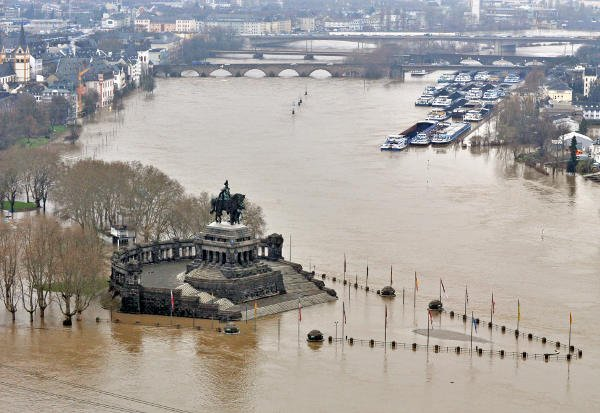 The point where the Rhine and Mosel meet at Koblenz, the Deutsches Eck, had already been submerged.Photo: DPA