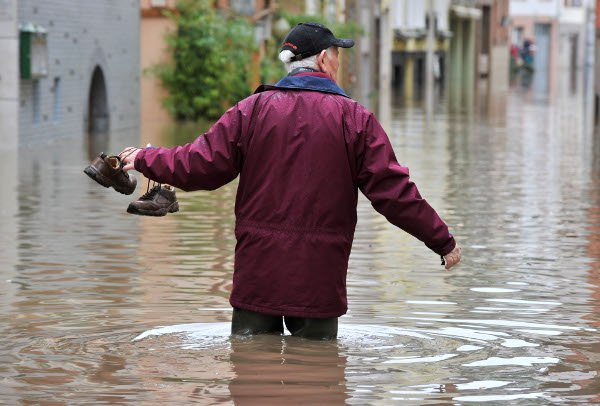 A man wades in the floodwaters in Zell, Rhineland-Palatinate.Photo: DPA