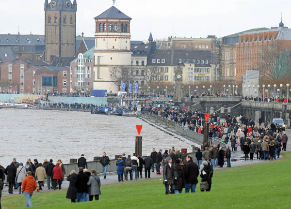 Waters rise close to the banks in Düsseldorf.Photo: DPA
