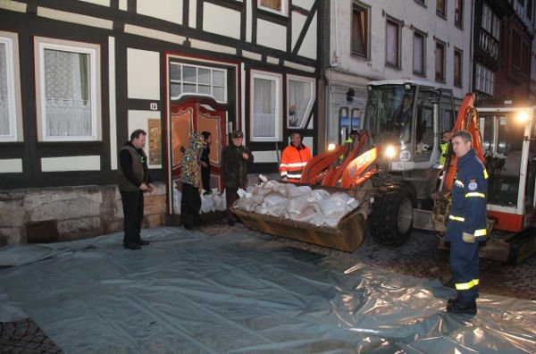 Authorities provide residents with sandbags in Hannoversch Münden, in the district of Göttingen. Photo: DPA