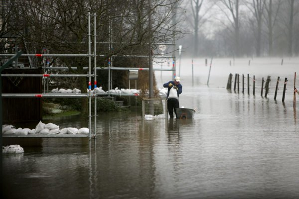 A man prepares for the worst in Cologne. As the floodwaters headed downriver along the Rhine, the peak wasn't expected to hit Cologne until Tuesday.Photo: DPA