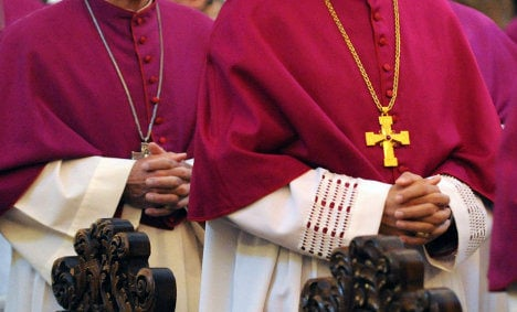 Catholic theologians call for end to celibacy for priests