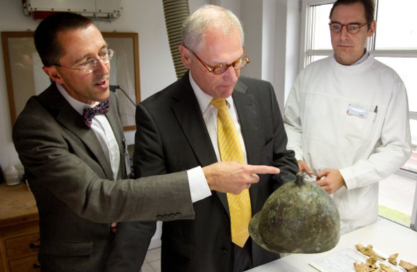 This bronze helmet, discovered in 1890, sparked the beginning of a century-long search for the Roman camp.Photo: DPA