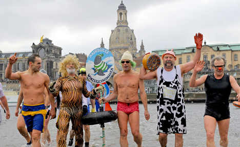 Many brave Elbe for New Year's swim