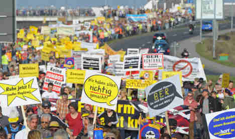 Thousands gather at airports to protest noise