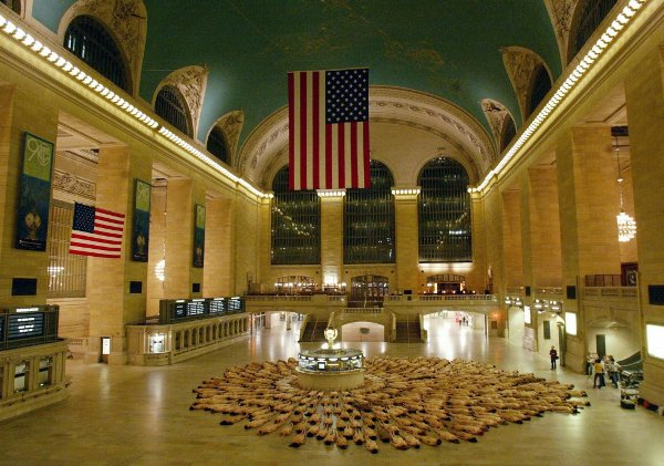 Naked New Yorkers pose in Grand Central Station.Photo: DPA