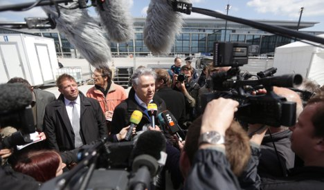 Airport crowds laugh at Berlin mayor over delay