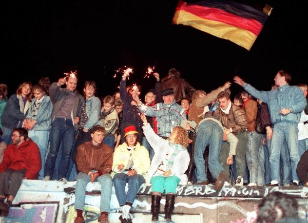 """Wende kisses<br>The story of the """"Deadly Love"""" of the Soviet Union ended happily in Berlin - and the reunification of Germany was sealed by a few thousand East-West kisses on one balmy autumn night. Or at least a few sparklers.Photo: DPA"""
