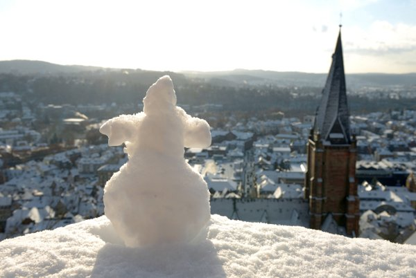 Snowmen have been springing up all over the country. This one is surveys the city of MarburgPhoto: DPA