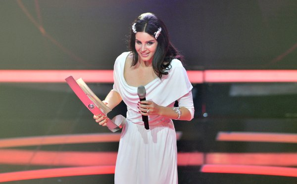 Lana Del Ray receives award for Best International Newcomer