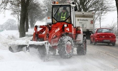 Heavy snow snarls traffic in the east