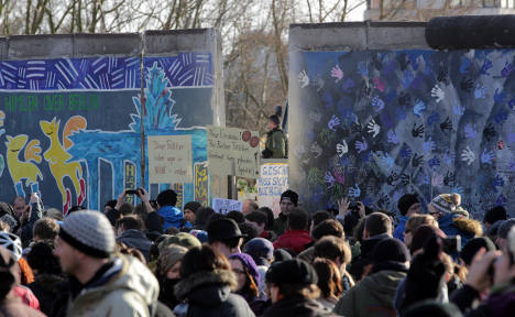 Thousands protest to save Berlin Wall