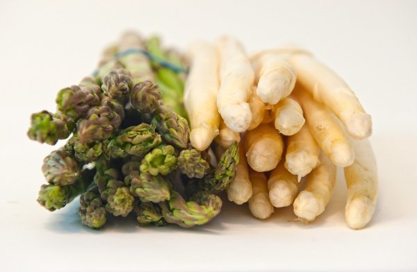 White versus green <br>Despite the fact that white asparagus is more loved, the green variety is richer in vitamins and is easier to cook, since you only have to cut the ends and not peel it meticulously like you do with the white sort.Photo: DPA