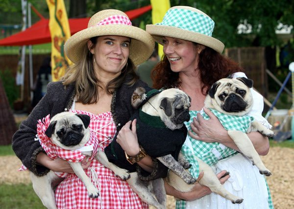 Partner Look<br>Dressing the same as your significant other – like these two and their dogs. English translations on a postcard, please. Photo: DPA
